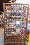 Los der Postkarte für Verkauf an sich hin- und herbewegendem Markt Amphawa Stockbilder