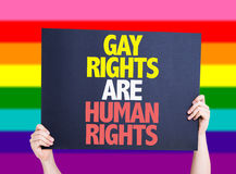 Los derechos de los homosexuales son tarjeta de los derechos humanos con el fondo del arco iris Fotografía de archivo