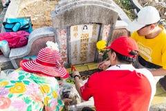 Los descendientes chinos limpian y ofrecen rezos a los antepasados durante el festival anual de Qing Ming fotos de archivo libres de regalías