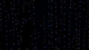 Los descensos corren abajo de ventana en la noche almacen de metraje de vídeo