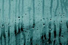 Los descensos de la condensación se cierran para arriba en tono ciánico foto de archivo