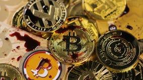 Los descensos líquidos rojos caen en monedas del sistema del bitcoin almacen de video