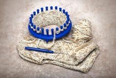 Los deslizadores de lana hicieron punto a partir de dos hilados en un telar circular Imagen de archivo