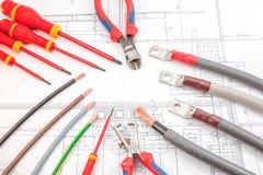 Los destornilladores de los cables eléctricos, cortaalambres Imagen de archivo