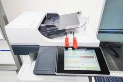 Los destornilladores rojos en la impresora se preparan para la reparación Imágenes de archivo libres de regalías