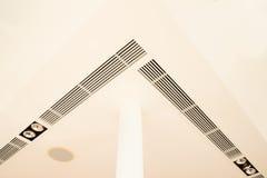 Los detalles de la construcción de la parrilla de aire redonda de los accesorios de iluminación del pilar complicaron el techo y  Fotografía de archivo