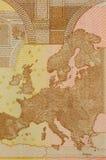 Una mirada cercana de un mapa encendido apoya de billete de banco del euro 50 Imagenes de archivo