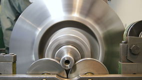 Los detalles del compresor probados en soporte de la prueba giran y paran almacen de metraje de vídeo