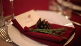 Los detalles interiores del pasillo del banquete de la boda de la Navidad con el decorand presentan el ajuste en el restaurante D almacen de metraje de vídeo