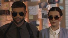 Los detectives profesionales de la investigación privada mantienen poner en las gafas de sol almacen de metraje de vídeo
