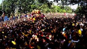 Los devotos católicos convergen durante la procesión del Nazarene negro metrajes