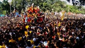 Los devotos católicos pululan durante la procesión del Nazarene negro metrajes