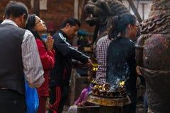 Los devotos encienden velas y ruegan durante el festival de Indra Jatra en K Imágenes de archivo libres de regalías