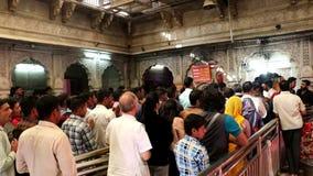 Los devotos están en el templo de Karni, Bikaner almacen de video