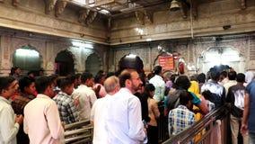 Los devotos están en el templo de Karni, Bikaner almacen de metraje de vídeo