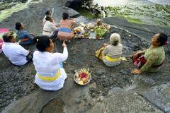 Los devotos hindúes del Balinese ruegan en la puesta del sol Fotos de archivo