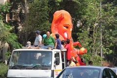 Los devotos llevan el ídolo grande de Ganesha que viaja en el camino imagen de archivo libre de regalías
