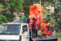 Los devotos llevan el ídolo grande de Ganesha que viaja en el camino foto de archivo libre de regalías