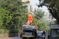 Los devotos llevan el ídolo grande de Ganesha que viaja en el camino foto de archivo