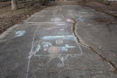 Los dibujos del ` s de los niños colorearon los creyones en primavera temprana foto de archivo