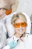 Los dientes de Inspecting Patient del dentista Fotos de archivo