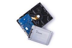 Los discos duros y SATA de estado sólido conduce en el fondo blanco, Foto de archivo libre de regalías