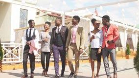 Los diseñadores africanos positivos van a la presentación de la moda de la asistencia almacen de video