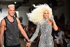 Los diseñadores David Blond y Phillipe Blond aparecen en la pista en el desfile de moda de Blonds Fotos de archivo