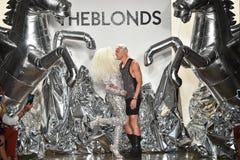 Los diseñadores David Blond y Phillipe Blond aparecen en la pista en el desfile de moda de Blonds Imagenes de archivo