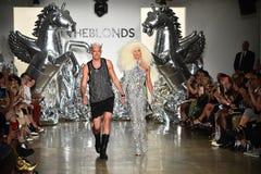 Los diseñadores David Blond y Phillipe Blond aparecen en la pista en el desfile de moda de Blonds Fotografía de archivo