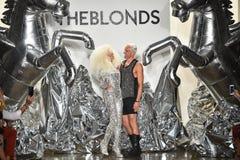 Los diseñadores David Blond y Phillipe Blond aparecen en la pista en el desfile de moda de Blonds Imagen de archivo libre de regalías