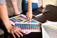 Los diseñadores gráficos eligen colores de las muestras de las bandas del color para el diseño Concepto gráfico del trabajo de la fotos de archivo