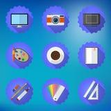 Los diseñadores rellenan el sistema plano del icono incluyen la mesa, cámara, gráfico T Fotos de archivo