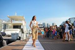 Los diseños de exhibición modelo por la moda del centro turístico de la piel en el yate de Singapur muestran 2013 Imagen de archivo libre de regalías