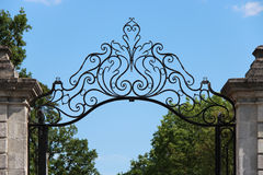 Los diseños florales estilizados adornan la puerta de la entrada de un parque en Nantes (Francia) Fotos de archivo