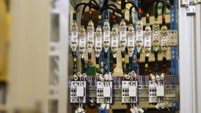 Los dispositivos y los alambres montados en gabinete distribuyen electricidad almacen de video