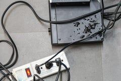 Los dispositivos y los alambres eléctricos son mojados Fotos de archivo libres de regalías