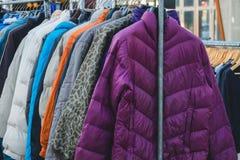 Los diversos abrigos de invierno de la colección colgaron en un estante de la ropa Foto de archivo libre de regalías