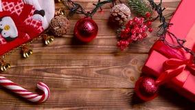 Los diversos dulces y flores de los juguetes del ` s del Año Nuevo de la maqueta mienten en la tabla Visión superior metrajes