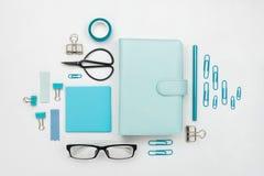Los diversos las herramientas y accesorios inmóviles y de la oficina azules knolled juntos Fotos de archivo libres de regalías