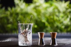 Los diversos platos y accesorios de la barra se colocan maravillosamente en la tabla en una buena luz Foto de archivo