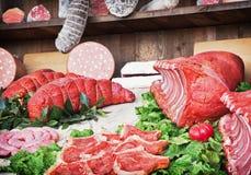 Los diversos productos de carne en el mercado, la carne y las salchichas de la comida hacen compras Foto de archivo libre de regalías