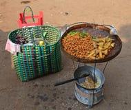 Los diversos tipos de bocado de los buñuelos mezclados con curry se van en la bandeja de la rota Imagen de archivo libre de regalías