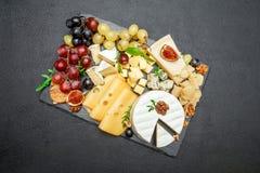 Los diversos tipos de queso en la porción de piedra suben Fotografía de archivo
