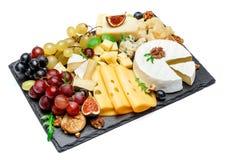 Los diversos tipos de queso en la porción de piedra suben Imagenes de archivo