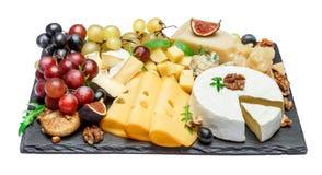 Los diversos tipos de queso en la porción de piedra suben Imagen de archivo libre de regalías