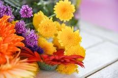 Los diversos tipos flores de la flor de la primavera colorida hermosa del manojo adornan en la tabla imagen de archivo