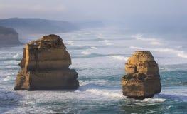 Los doce apóstoles a lo largo del gran camino del océano, Victoria, Australia Fotografiado en la salida del sol Niebla del amanec fotografía de archivo libre de regalías