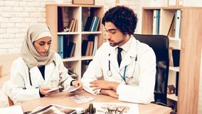 Los doctores árabes Counting Money After Work, día de paga fotos de archivo libres de regalías