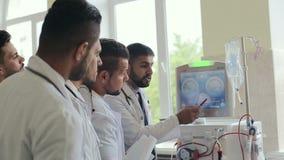 Los doctores discuten la medicina en la sala de hospital metrajes